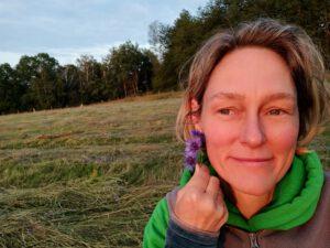 Solveig hält sich eine Blüte ans Ohr